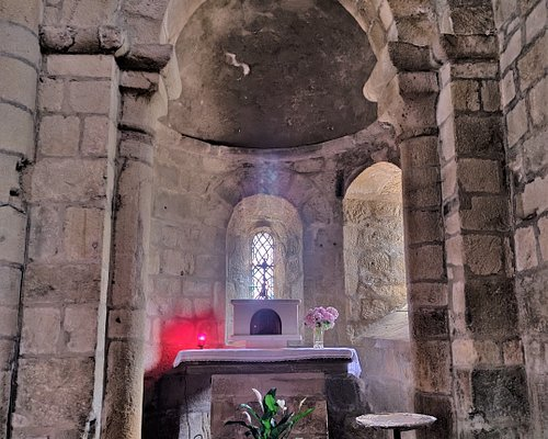 Cette église, témoin de l'histoire de Cornil, a été préservée de la destruction d'un fameux patrimoine. Etape dans la découverte des richesses bâties de la région, la visite de cette église parfaitement authentique m'a enchanté. Le panorama de l'endroit est superbe.