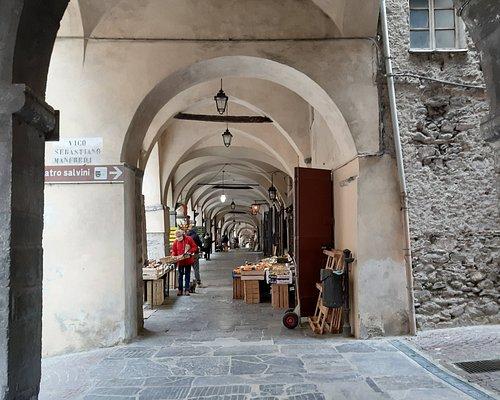 I portici, i negozi e l'indicazione per il teatro