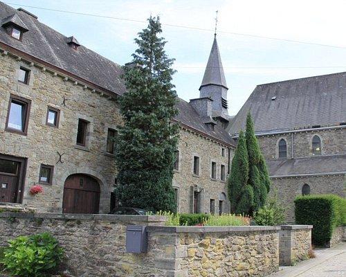 Links voormalige priorij