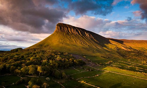 This photo proves why WB Yeats was left feeling so inspired by County Sligo... Isn't Ben Bulben just dreamy? 😍                                                                                                                                                                                                              📍 Ben Bulben, County Sligo
