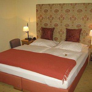 Bedroom - very nice bed