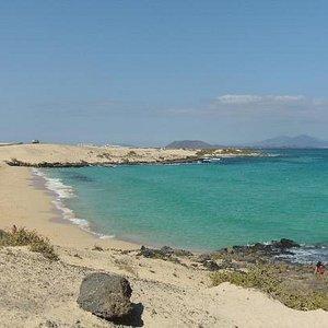 Badebucht, im Hintergrund Los Lobos und Lanzarote