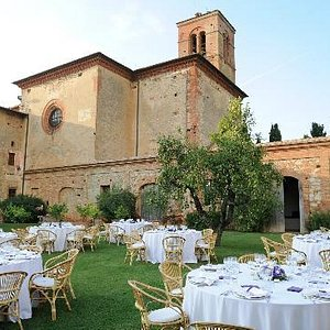 The garden decorated for the wedding dinner