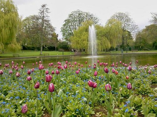 The round pond with its lovely fountain.