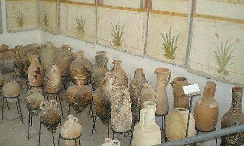 Im Museum sind zahlreiche Amphoren zu sehen