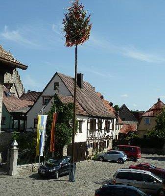 Marktplatz von Sommerhausen mit Maibaum