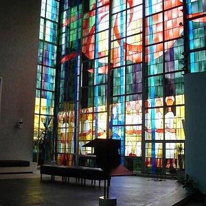 Eindrucksvolle moderne Glasfenster in der Kirche