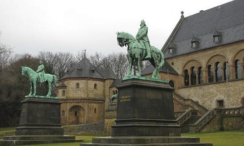 statues of Barbarossa and Kaiser Wilhelm front the Kaiserpfalz
