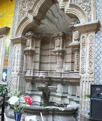 Sanborns Madero, Original stone fountain in the center of the restaurant