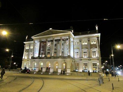 Opernhaus abends von außen nach der Vorstellung