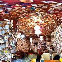 El salón está lleno de tarjetas de presentación
