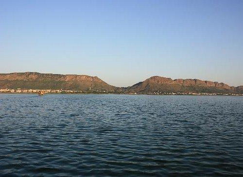 It is the beautiful lake Anasagar in Ajmer