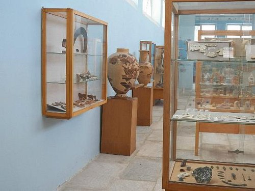 Delos Archaeologic museum with Bronze Age/Archaic vessels