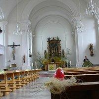 Der helle und gepflegte Innenraum der Pfarrkirche St. Maria in Weggis