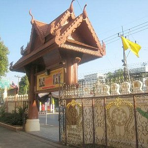 The main entrance gate to Wat Phra Bat Ming Mueang