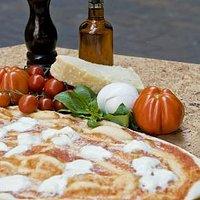 Pizza margherita con mozzarella di bufala