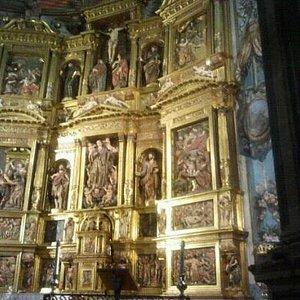 precioso retablo en el interior.