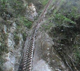 échelle à pic, à grimper, gare au vertige!:)
