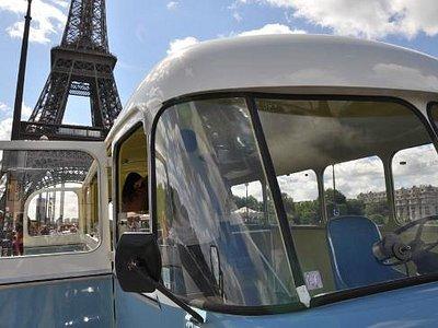 Le bus bleu devant la Tour Eiffel