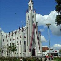 Vista frontal da Igreja matriz de Cristo Rei