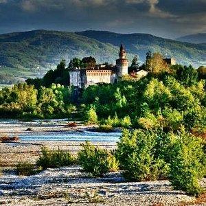 veduta del castello dal fiume Trebbia