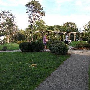 Une tonnelle ajoute du charme à ce parc