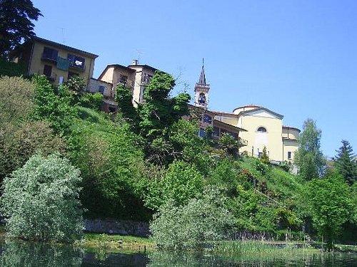 La pista ciclabile, sotto l'abitato di Biandronno, qua ripresa dal lago.