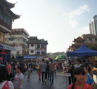 沿途有豐富的攤子,與台江徒步區很近。