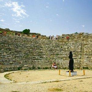 """Le gradinate del Teatro di Segesta. Al centro si intravede """"La flautista"""" di J. Deredia."""