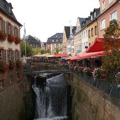 Gezellige terrasjes langs de waterfal in Saarburg