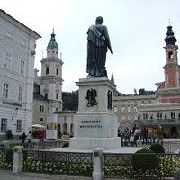 Mozart Monument, Mozart Square, Salzburgo, Austria.
