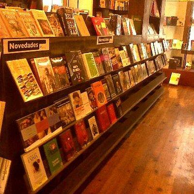 Mesa de novedades de la librería de Profética