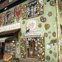 Détail du décor extérieur représentant la maison en pain d'épices du conte d'Hansel et Gretel