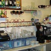 Interior mostrando o suporte de copos e máq cafe