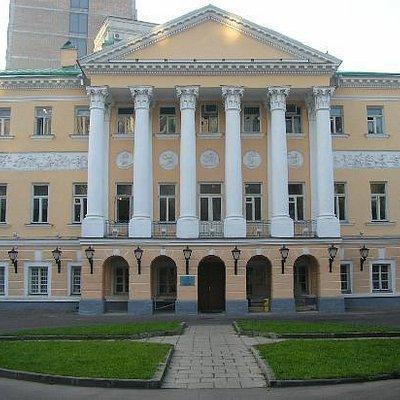 Главное здание библиотеки - памятник гражданского зодчества конца ХVIII и середины XIX столетий