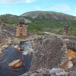 Ponte caída antiga na estrada para Vila de Biribiri