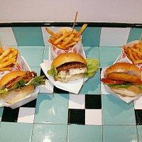 Burger preparati al momento con prodotti freschissimi e di prima scelta