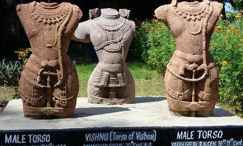 Vishnu- Torso (Mitte) aus dem 10. Jh.
