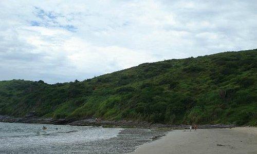 Desde Playa Brava, vista del morro que hay que subir para ir a Olho de Boi.