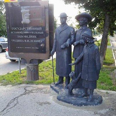Памятник у входа