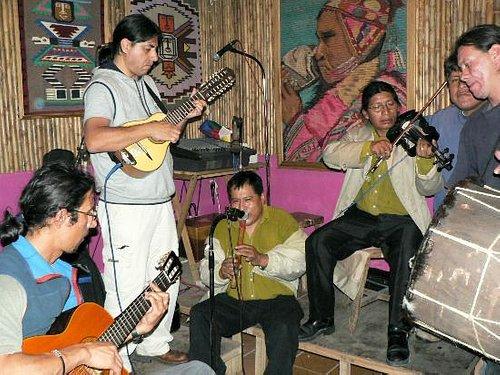 lo fuerte de ese local es la musica andina en vivo