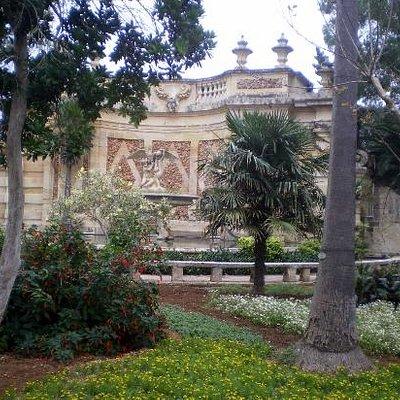 Blick vom Garten aus zum Palastgebäude