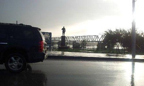 Памятник и пролет моста (он слева)