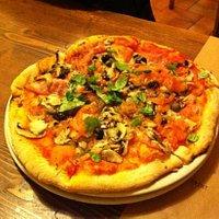 champignon e pomodori freschi tagliati sottilissimi, prosciutto olive basilico e capperi