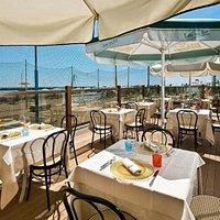 Il ristorante Brasserie sul mare vi permette di gustare il vostro pranzo o la vostra cena romant